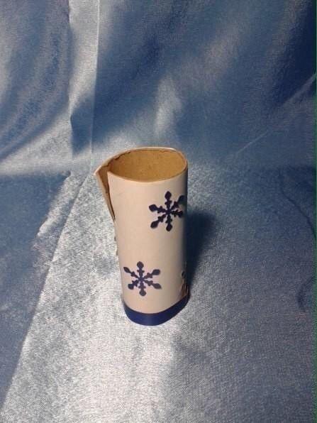 Зимние деревья Понадобится:-салфетки из полимерных материалов белого цвета;Мастеркласс «Зимушка хрустальная»-картон цветной и цветная бумага холодных оттенков,туба от рулона туалетной