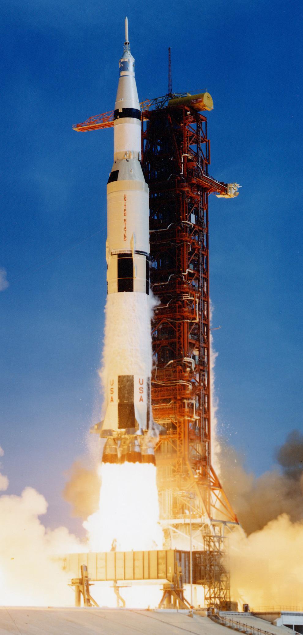 13) Отрыв от земли ракеты «Сатурн V» с Нилом Армстронгом, Майклом Коллинзом, Баззом Олдрином и 3,039,000 кг топлива и оборудования на борту, и курсом на Луну 16 июля 1969. (NASA)