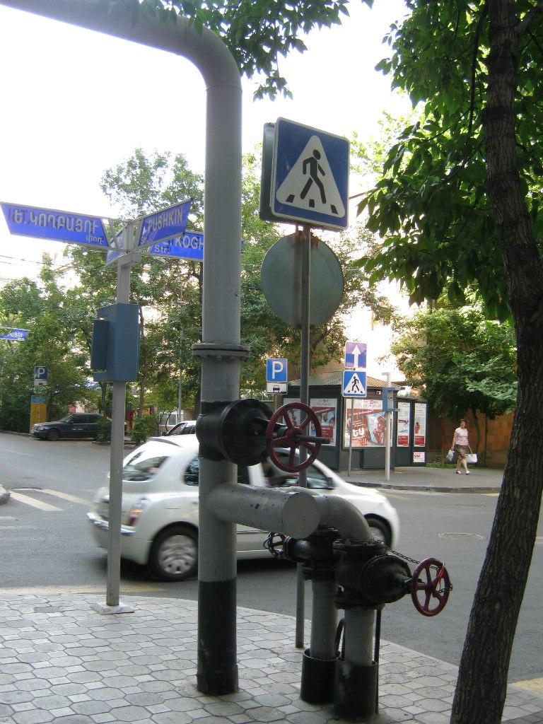 Газовые трубы с винтилями на перекрёстке в центре города