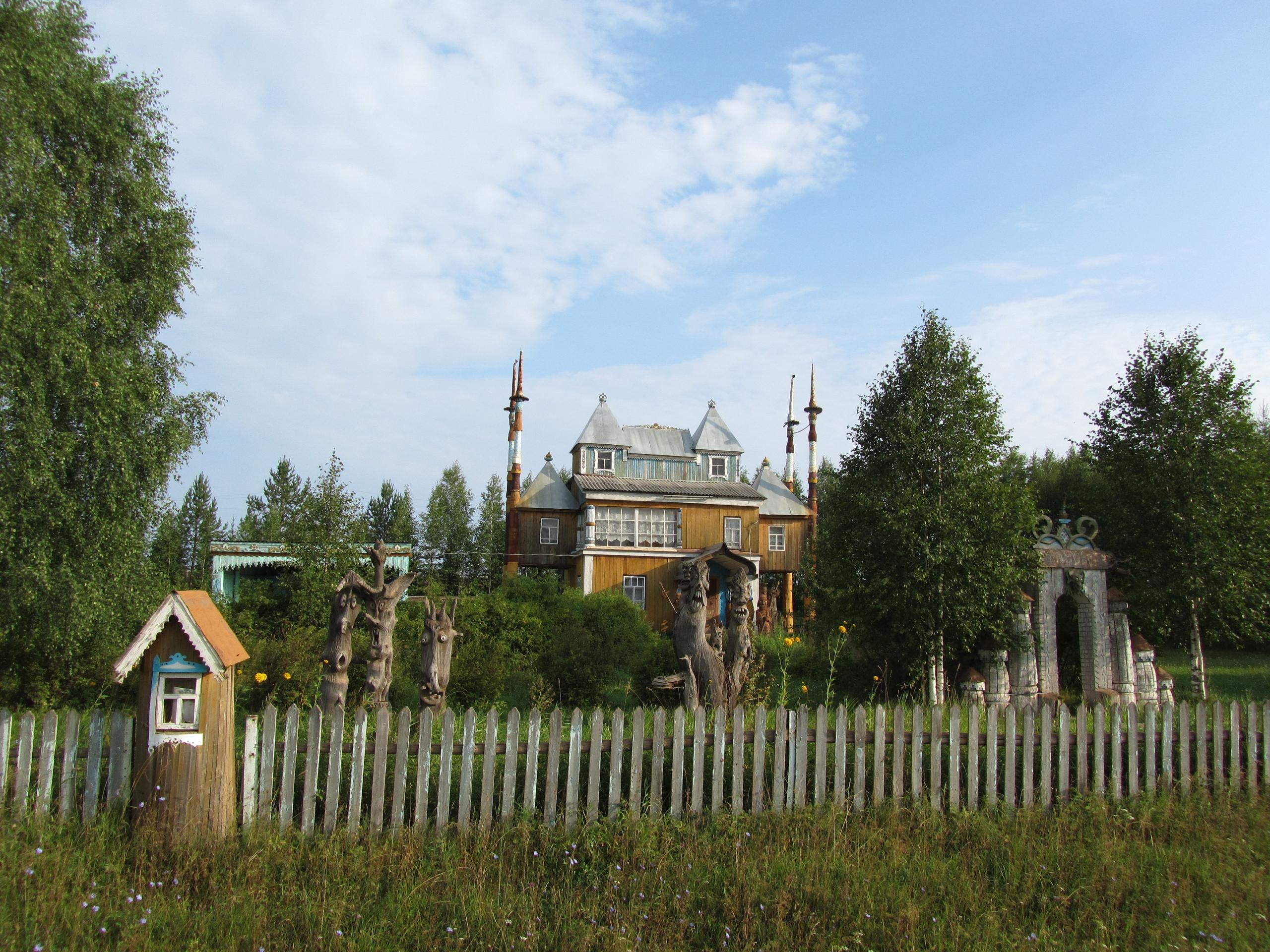 """Домик для гостей в """"Парке деревянных скульптур"""" в Пармайлово"""