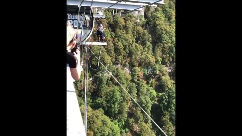Ветеран прыгает с 200 метров