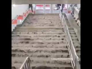 В Москве сильнейший ливень  затопило станцию метро