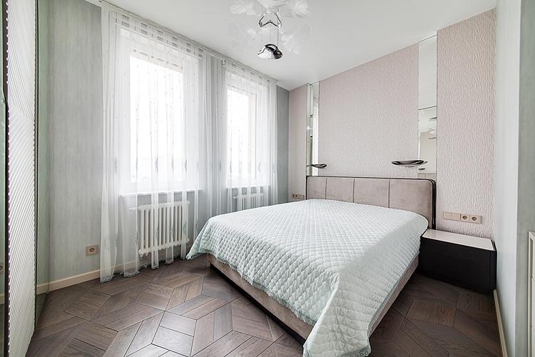 светлая спальня с двумя окнами