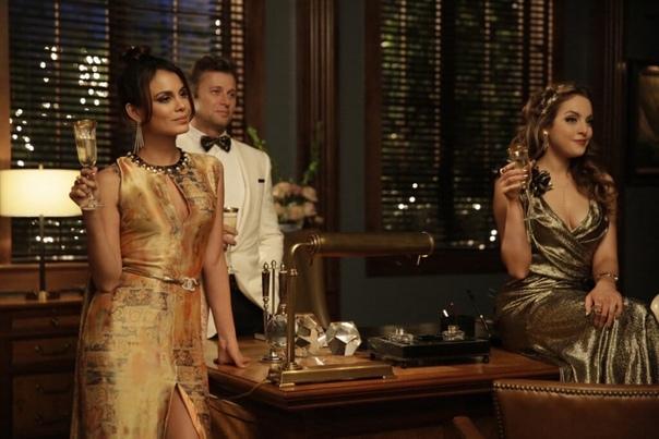 Сериал Династия Династия - это история о двух совершенно непохожих друг на друга семей. Колби и Кэррингтон - представители богатой части населения, однако даже они умудрились друг с другом