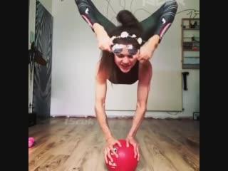 Strength of Body. Очень гибкая девушка надевает ногами очки