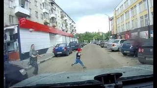 Под колеса автомобиля в Твери попал маленький ребенок