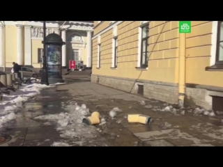 Кусок льда рухнул на тротуар перед гимназией