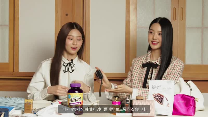 201010 Wonyoung Minju What's in my Bag @ VOGUE