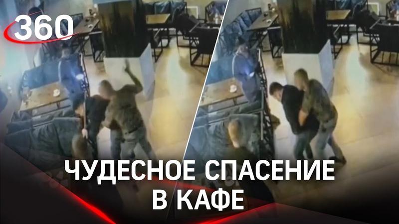 Спас за обедом посетитель кафе подавился но за соседним столиком был врач Момент попал на видео