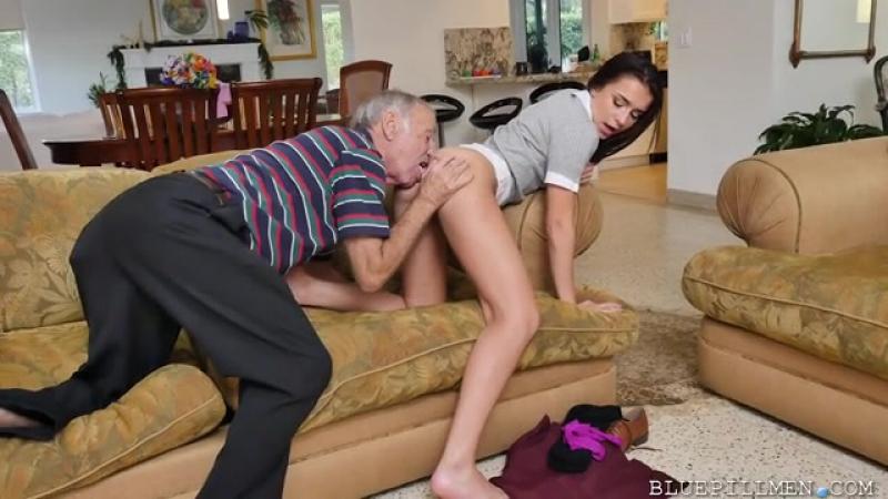 Молодая Хожалка Из Службы Опеки За Деньги Занимается Сексом С Двумя Стариками