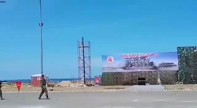 Mi-35 vs tribune, Indonesia (Ми-35 против трибуны на параде в Индонезии)