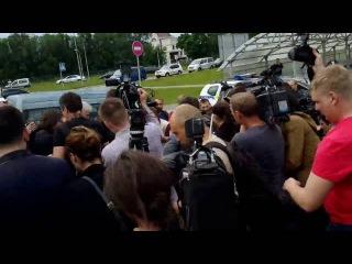 Савченко идет здороваться с Тимошенко