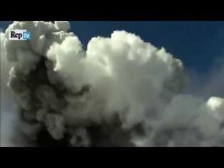 Etna, il momento dell'esplosione le rocce colpiscono i turisti