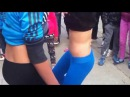 Fete de 16 ani dansand pe ritmuri de tarabane