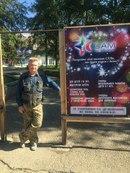 На этой фотографии мы видим щит с нашей рекламой, прекрасного мужчину и ДК Октябрьский за его спиной