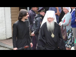 Патриарх Кирилл передвигается по своей резиденции