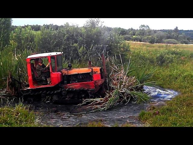 Тракторы ДТ 75 месят грязь на бездорожье Каждый гусеничный трактор мечтает стать танком Подборка