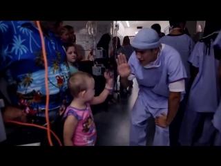 Врачи танцуют для больных детей.