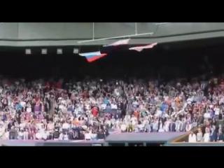 Американский флаг падает при гимне России