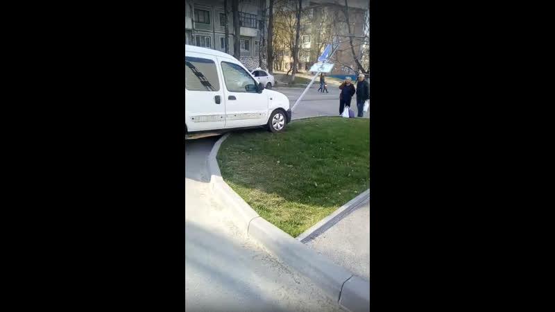 Припарковалась возле ЦНАПа Комсомолец