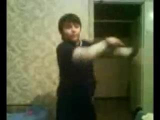 Мой братишка учится танцевать TECKTONIK