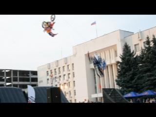 Синхронное сальто мотоцикла и снегохода (Алексей Колесников на мотоцикле)