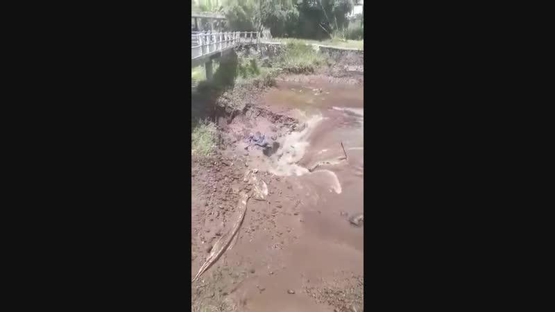 Air sungai biasanya mengalir horizontal ke tempat yang lebih rendah Ini mengalir vertikal