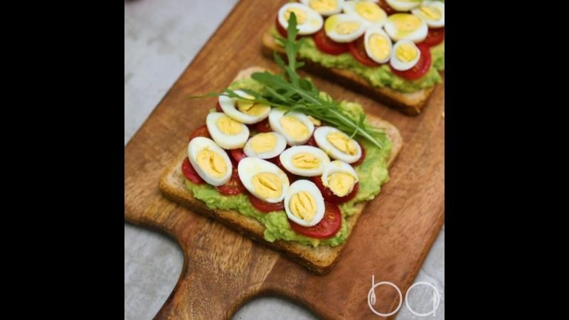 Брускетта с авокадо помидорами и перепелиными яйцами