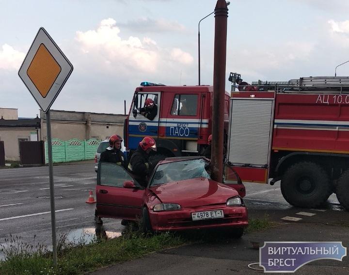 На ул. Л.Рябцева автомобиль разбился о столб прямо напротив спасательного отряда МЧС