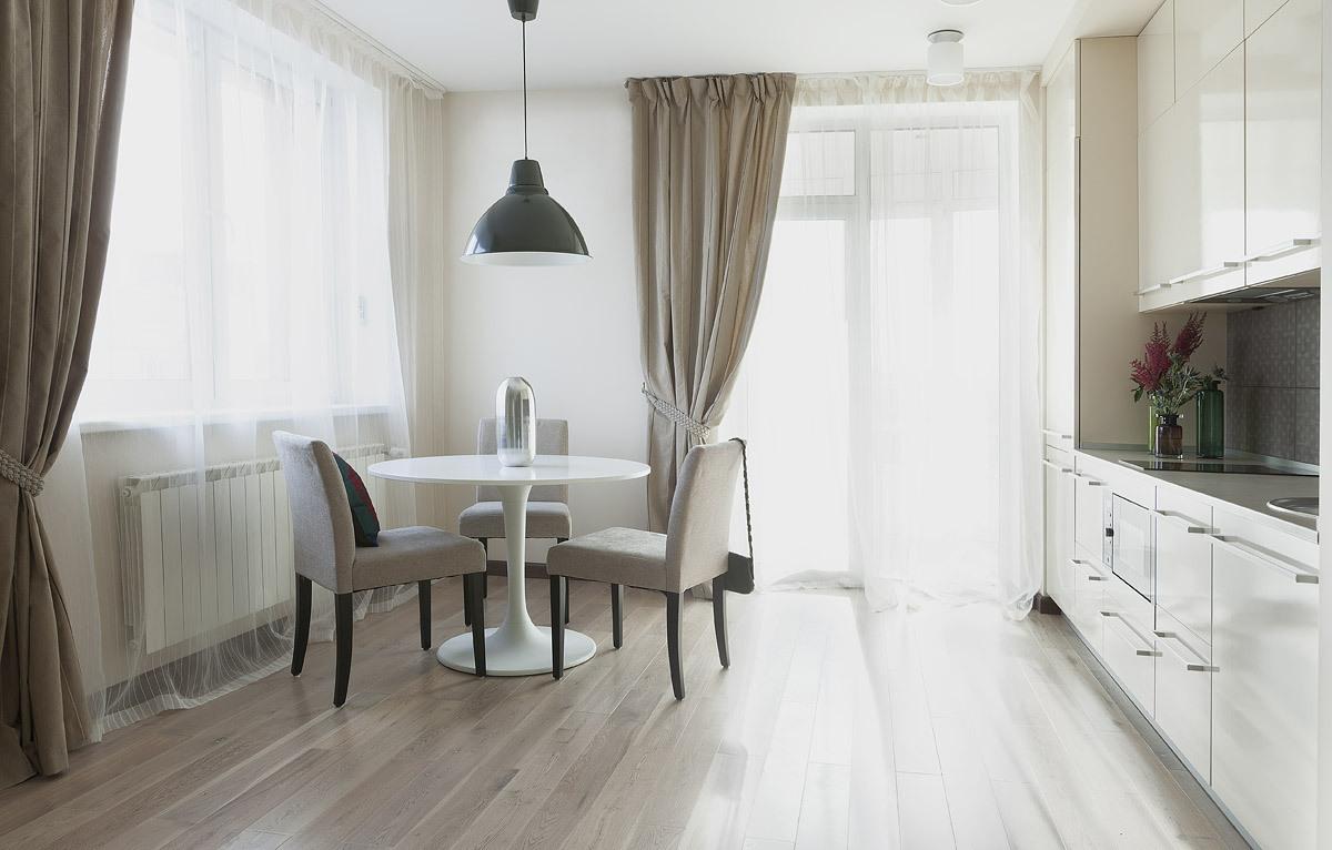 Сочетание длинных штор и тюля на кухне