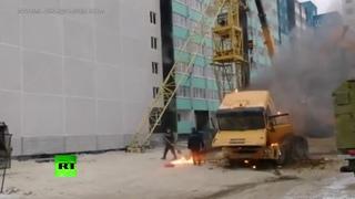 Случай в Челябинске: экскаватор тушит охваченный пламенем грузовик