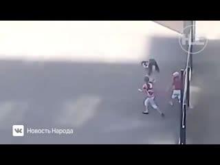 Три девочки играли в футбол котёнком на местном стадионе.mp4