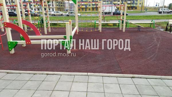Покрытие детской площадки на Покровской починили коммунальные службы