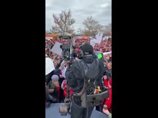 Стипе Миочич посетил футбольный матч и прокатился на толпе фанатов