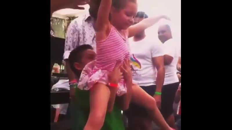 детки танцуют сальсу