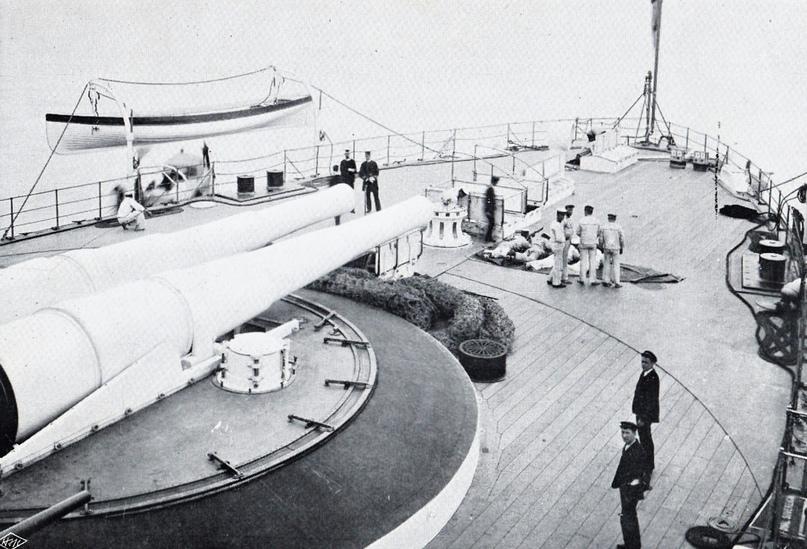 Передняя палуба «Роял Суверена» с 342-мм пушками главного калибра во время плавания.