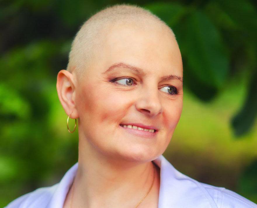 Бевацизумаб - это препарат, который атакует раковые клетки, не давая им расти новым кровеносным сосудам.