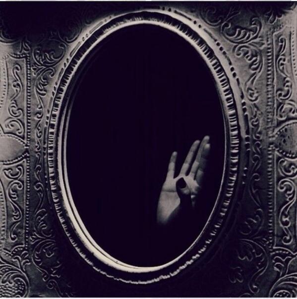 Зеркальный смех Какое-то время в моей жизни был период ужастиков - каждый день я смотрела фильмы ужасов и триллеры. Поскольку тот месяц дома я жила одна, никто от этого не отвлекал. Ну, и