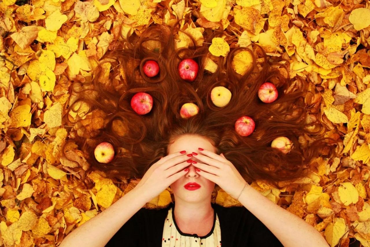 яблоки, волосы, желтые листья