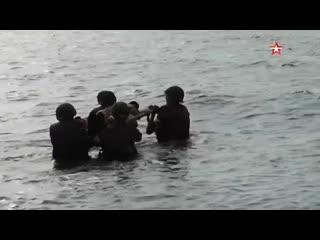 Медики ВМФ РФ спасают раненых морпехов на Балтике кадры маневров