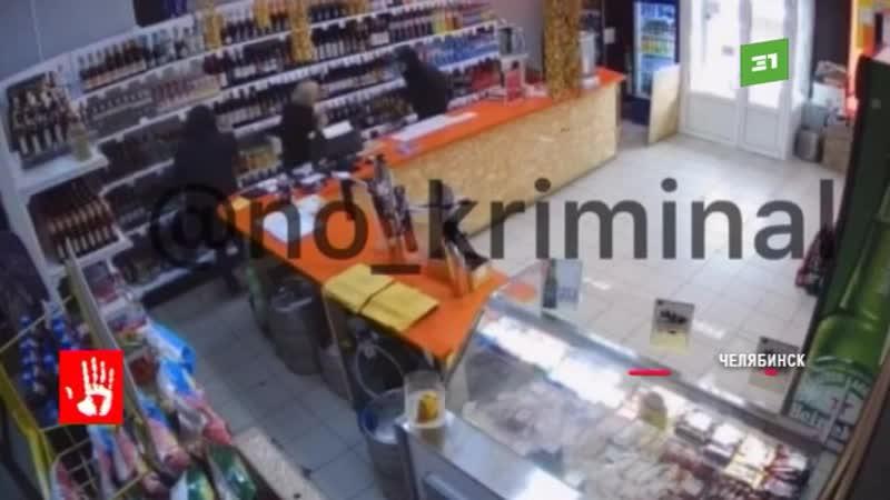 Налет на магазин в разгар рабочего дня Орудовали двое Они были в черных масках и с пилой в руках