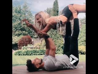 Акробатическая йога и кормление бурундучка