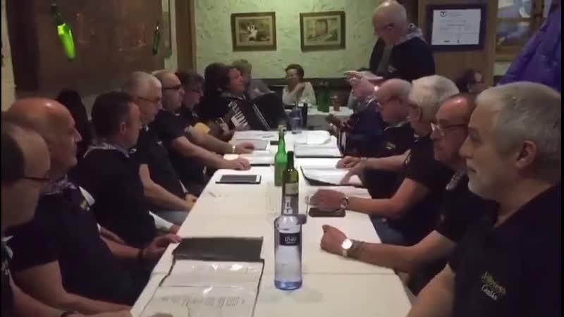 Grupo de amigos asturianos en la sidrería la Gascona de Oviedo