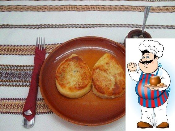 Картофельные зразы с грибами (постные) Ингредиенты: Картофель 870 г Грибы 500 г Лук 240 г Сметана 200 г Соль, перец по вкусу Мука 120 г Масло растительное 220 г Приготовление: 1. Отвариваем