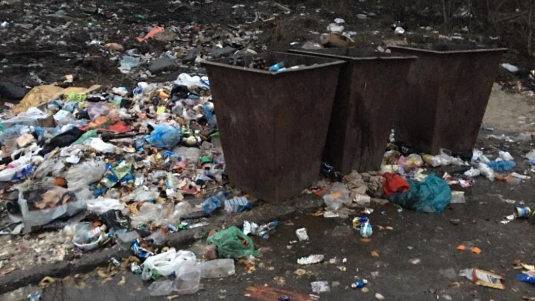 Жители Макеевки показали завалы мусора вокруг жилых домов
