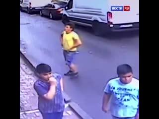 В Турции подросток спас жизнь двухлетней девочке, которая выпала из окна