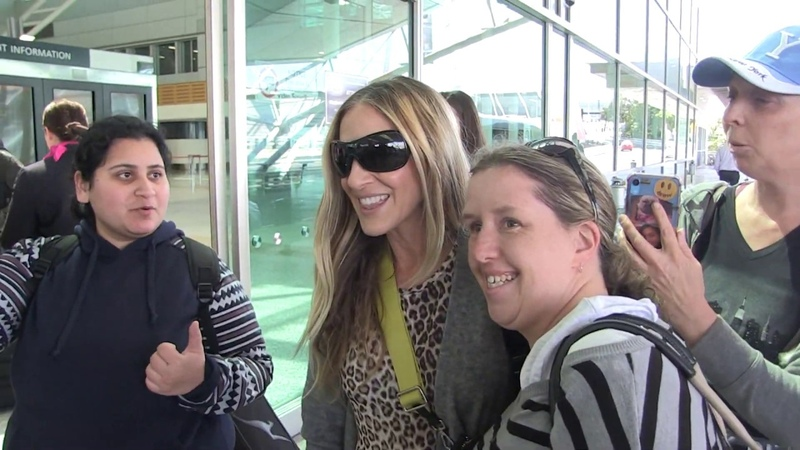 Sarah Jessica-Parker freaks out as fans accost her in Sydney 15MOF