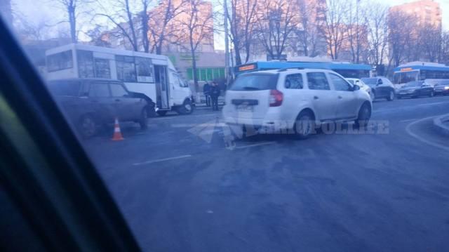 В Мариуполе маршрутка попала в аварию: четверо пострадавших