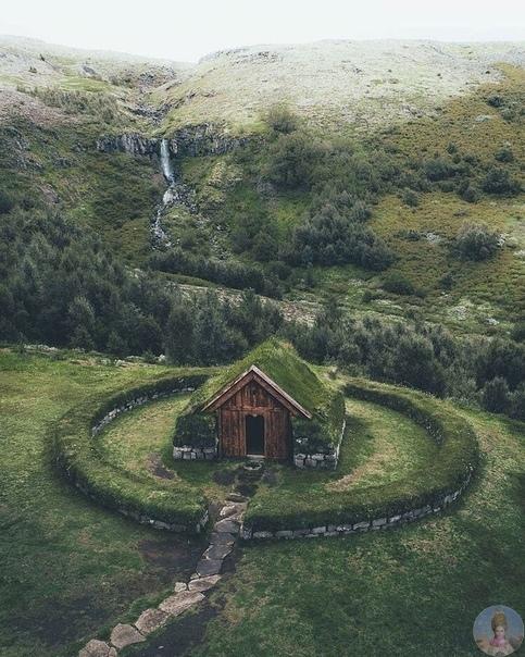 Реконструированная усадьба эпохи викингов в Исландии, расположенная в долине Þjorsardalur