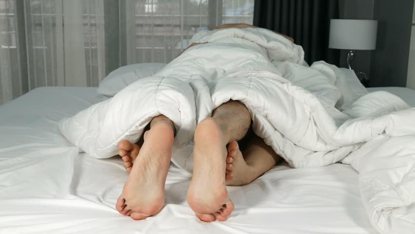 Картинки парень спит в ногах у девушки